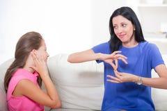 Fille sourde apprenant la langue des signes photo stock