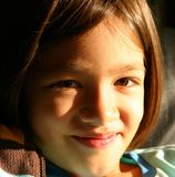 Fille souriant à un contrat à terme plus lumineux photographie stock