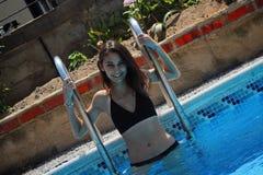 Fille souriant dans la piscine photographie stock