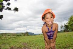Fille souriant et à l'aide d'un chapeau orange Photographie stock libre de droits