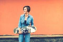 Fille souriant et riant, patineur un jour ensoleillé d'été avec l'effet de filtre et de vintage d'instragram Photo libre de droits