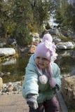 Fille souriant près de l'étang Image libre de droits