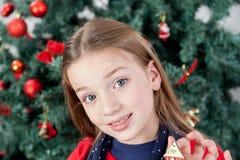 Fille souriant regardant l'appareil-photo Photographie stock libre de droits