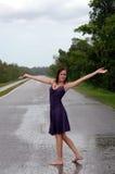 Fille sous la pluie photos stock