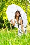 Fille sous le parapluie de soleil-protection Photo libre de droits