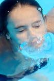 Fille sous-marine dans la piscine Photographie stock