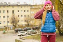 Fille sportive adolescente écoutant la musique extérieure Photographie stock libre de droits