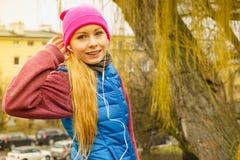 Fille sportive adolescente écoutant la musique extérieure Photographie stock