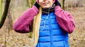 Fille sportive adolescente écoutant la musique extérieure Photos stock