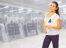 Fille sportive au centre de fitness Photo libre de droits