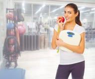 Fille sportive au centre de fitness Images stock