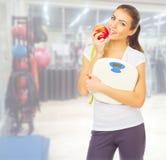 Fille sportive au centre de fitness Photos stock