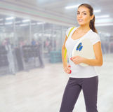 Fille sportive au centre de fitness Image libre de droits