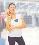 Fille sportive au centre de fitness Photo stock