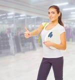 Fille sportive au centre de fitness Photos libres de droits