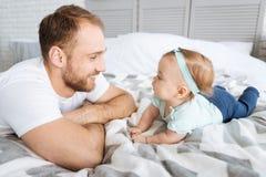 Fille stupéfaite d'enfant en bas âge ayant l'amusement avec son père Image libre de droits