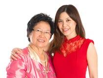 Fille supérieure asiatique de mère et d'adulte Images stock