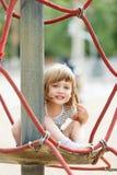 Fille sur des cordes au secteur de terrain de jeu Photo libre de droits