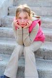 Fille sur des escaliers Image libre de droits