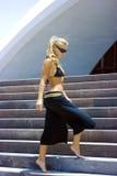 Fille sur des escaliers image stock