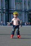 Fille sur des lames de rouleau Photographie stock libre de droits