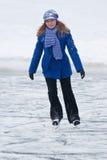 Fille sur des patins de glace. Images libres de droits