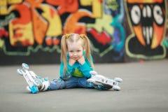 Fille sur des patins de rouleau Photographie stock