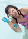 Fille sur jouer dans une piscine Images libres de droits