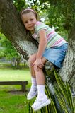 Fille sur l'arbre Photos stock