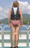 Fille sur l'avant du bateau de ponton Photographie stock