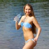 Fille sur l'eau potable de plage Image libre de droits