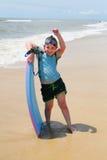 Fille sur l'embarquement de boogie de plage Photographie stock libre de droits
