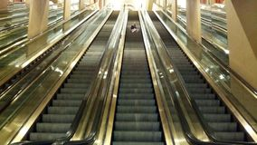 Fille sur l'escalator Images libres de droits