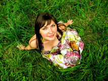 Fille sur l'herbe photos libres de droits