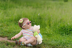 Fille sur l'herbe sale Images libres de droits