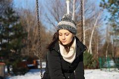Fille sur l'oscillation en hiver Photos libres de droits