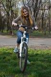 Fille sur la bicyclette images stock
