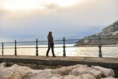 Fille sur la côte d'Amalfi Photographie stock libre de droits