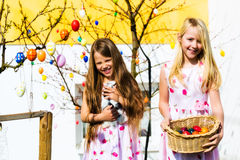 Fille sur la chasse à oeuf de pâques avec le lapin de Pâques vivant Image libre de droits