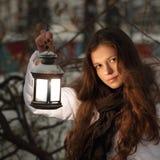 Fille sur la forêt de l'hiver avec la lanterne Photographie stock libre de droits