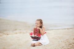 Fille sur la mer avec un bateau Portrait en gros plan du visage de la fille bateau d'attente de petite fille avec la voile d'écar image stock