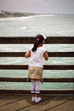 Fille sur la passerelle Photo stock
