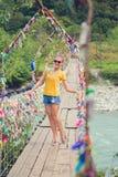 Fille sur la passerelle Pont suspendu de corde Corde colorée Images stock