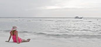 Fille sur la plage photographie stock libre de droits