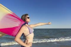 Fille sur la plage appréciant des vacances à la mer Photos libres de droits