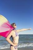 Fille sur la plage appréciant des vacances à la mer Photo stock