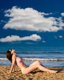 Fille sur la plage, appréciant le soleil Photo libre de droits