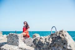 Fille sur la plage au jour ensoleillé Photos stock