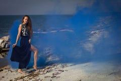 Fille sur la plage aux rondins Photos libres de droits