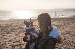 Fille sur la plage avec Boston Terrier Images libres de droits